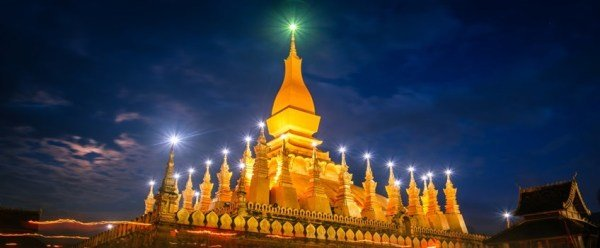 Pha That Luang Stupa in der Nacht